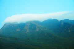 Ciel bleu et montagne Photos libres de droits