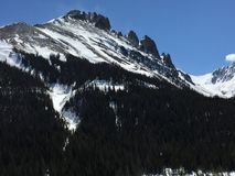 Ciel bleu et montagnes couvertes par neige 6 Image stock