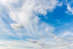 Ciel bleu et nuage blanc Photo stock