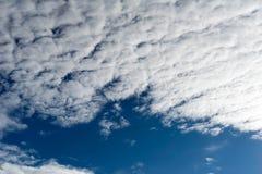 Ciel bleu et nuage blanc pour l'enthousiasme d'affaires image stock