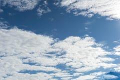 Ciel bleu et nuage blanc pour l'enthousiasme d'affaires photographie stock