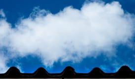 Ciel bleu et nuage et extrémité blancs de toit Nuage de foyer sélectif de jour ensoleillé photos libres de droits