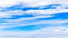 Ciel bleu et nuages Photo stock