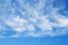 Ciel bleu et nuages au-dessus d'horizon Photo stock