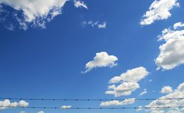 Ciel bleu et nuages avec Barbwire Photos stock