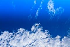 Ciel bleu et nuages blancs Images libres de droits