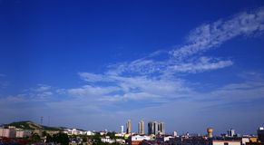 Ciel bleu et nuages blancs. Images libres de droits