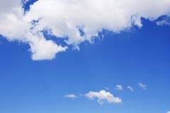 Ciel bleu et nuages blancs image stock