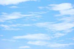 Ciel bleu et nuages blancs Images stock