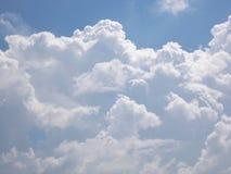 Ciel bleu et nuages blancs Photos stock