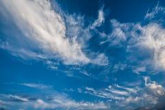 Ciel bleu et nuages blancs, cieux bleus Photo libre de droits
