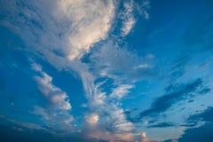 Ciel bleu et nuages blancs, cieux bleus Images libres de droits
