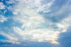 Ciel bleu et nuages blancs dans le temps de jour Image libre de droits