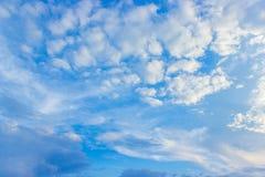 Ciel bleu et nuages blancs dans le temps de jour Photographie stock