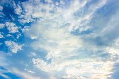 Ciel bleu et nuages blancs dans le temps de jour Photos stock