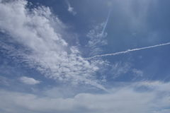 Ciel bleu et nuages blancs en Thaïlande Photographie stock