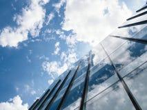 Ciel bleu et nuages d'architecture moderne de bâtiment Photos libres de droits