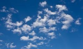 Ciel bleu et nuages de fond Images libres de droits