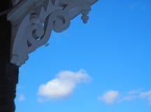 Ciel bleu et nuages encadrés par le boisage décoratif Photo stock