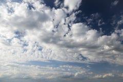 Ciel bleu et nuages Fond photo stock