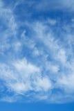 Ciel bleu et nuages Fond de ciel Photographie stock
