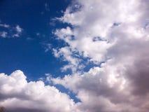 Ciel bleu et nuages gonflés Images stock