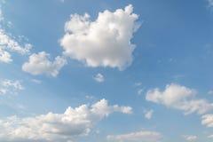 Ciel bleu et nuages gonflés Image libre de droits