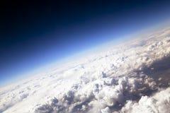 Ciel bleu et nuages gonflés sur la taille de 5000 m Image stock