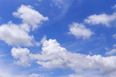 Ciel bleu et nuages mélangés dans le jour nuageux Photo stock