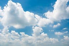 Ciel bleu et nuages minuscules Image libre de droits