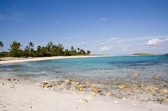 Ciel bleu et nuages pelucheux sur la plage Photos libres de droits