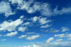 Ciel bleu et nuages profonds Photo stock