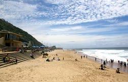 Ciel bleu et nuages sur Brighton Beach photographie stock