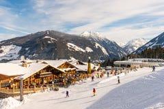 Ciel bleu et nuageux au-dessus de restaurant de montagne et montagnes au fond l'autriche images libres de droits