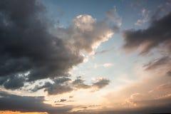 Ciel bleu et orange avec des nuages Photos libres de droits