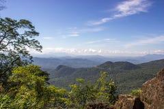 Ciel bleu et paysage vert de montagnes Photo stock