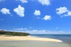 Ciel bleu et plage sablonneuse blanche, Rodrigues Island Image stock