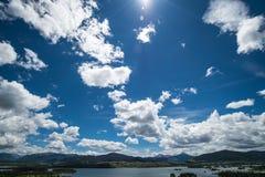 Ciel bleu et soleil au-dessus de lac Dillon Colorado images libres de droits