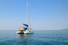 Ciel bleu et yacht de l'eau claire Plage dans la province de Krabi, Thailan Photo stock