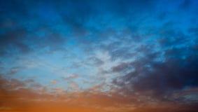 ciel bleu-foncé au coucher du soleil Photos stock