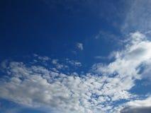 Ciel bleu-foncé et nuages grisâtres blancs Environnement pluvieux sombre orageux de prévisions météorologiques, air, concept de p photos stock