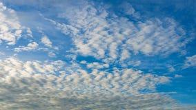 Ciel bleu frais et nuages blancs Images libres de droits