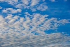 Ciel bleu frais et nuages blancs Image stock