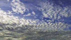 Ciel bleu frais et nuages blancs Photo stock