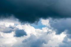 Ciel bleu gentil avec beaucoup de petits nuages blancs photo libre de droits