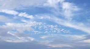 Ciel bleu gentil avec des nuages photos libres de droits
