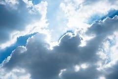 Ciel bleu gentil avec le faisceau du soleil avec nuageux photos stock