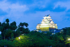 Ciel bleu H de crépuscule d'heure d'arbres de château de Himeji Jo Photo stock