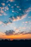Ciel bleu jaune de lever de soleil avec la lumière du soleil Images libres de droits