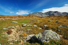 Ciel bleu, lac et montagnes. Photos stock